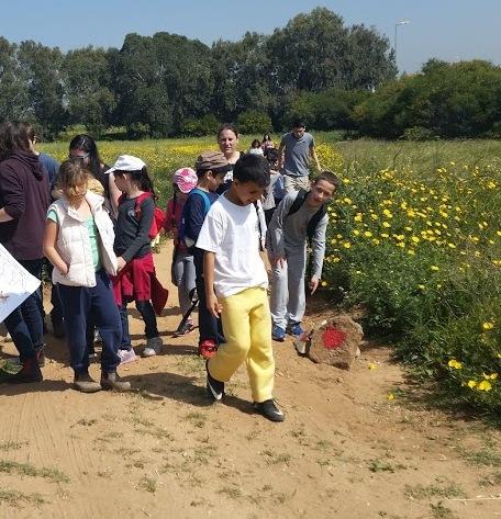 הכפר הירוק-תלמידים מסמנים שבילים
