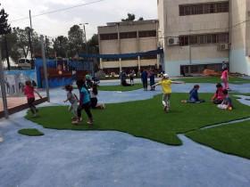 ילדים משחקים בחצר